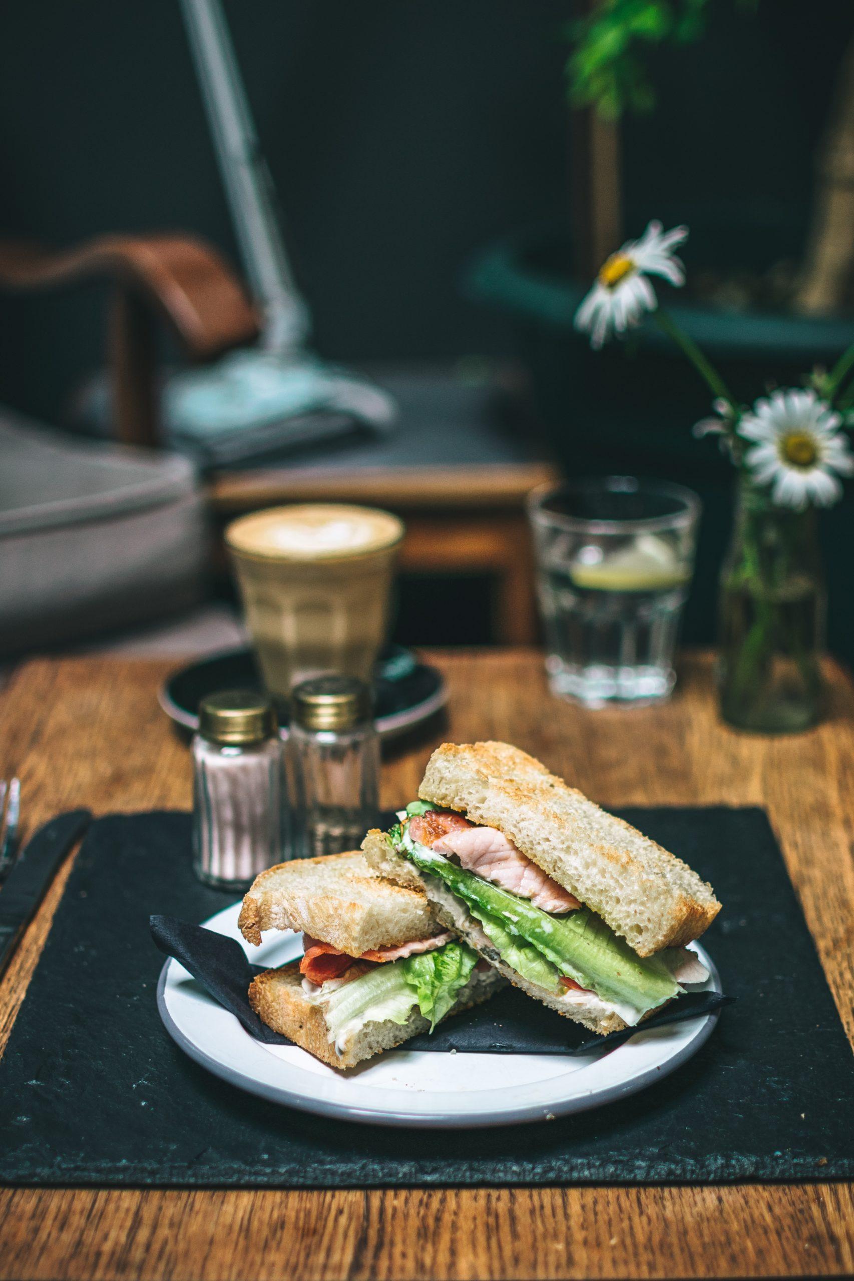 Baguetter og kaffe i en hyggelig atmosfære