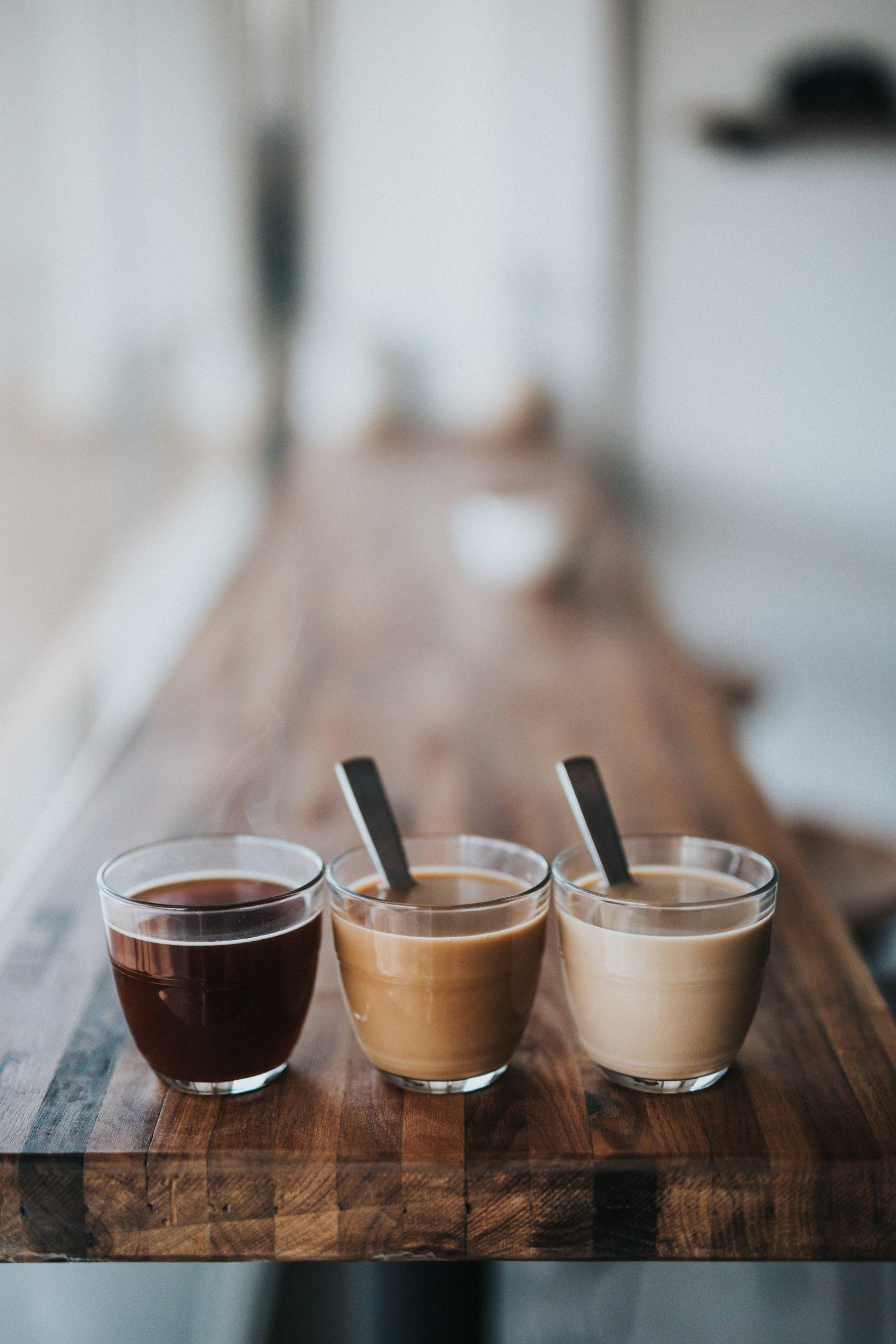 Tre ulike kaffetyper på et langbord